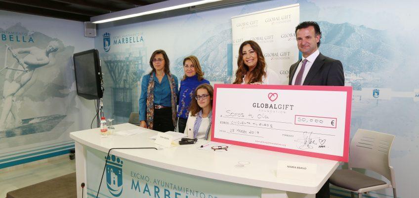 El Ayuntamiento respalda la entrega de un cheque solidario de 50.000 euros de la Fundación Global Gift para la marbellí Sarah Almagro