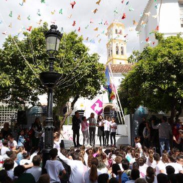 Cientos de pajaritas de colores y de versos escritos por medio millar de escolares sobrevuelan el Casco Antiguo en el arranque del Festival Marpoética