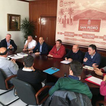 La Tenencia de Alcaldía ha mantenido un encuentro con clubes deportivos y el arquitecto encargado del proyecto para definir el diseño del nuevo pabellón de San Pedro Alcántara