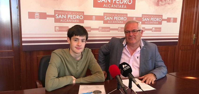 Rafael Piña recibe al sampedreño José Ángel Gálvez, medalla de plata en la  55ª Olimpiada Matemática Española