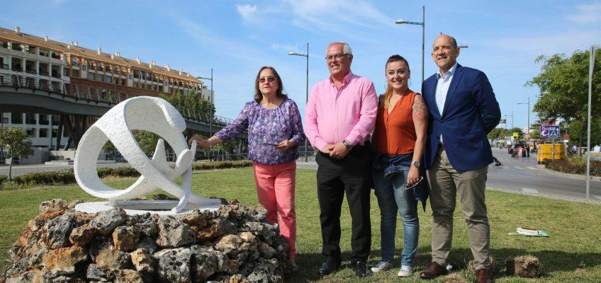 Rafael Piña visita la escultura 'Mater-Huevo' de Vicente de Espona, ubicada en el Bulevar de San Pedro Alcántara