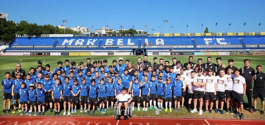 La alcaldesa acompaña a la cantera del Marbella FC en un acto previo al partido que ha enfrentado al primer equipo con el UCAM Murcia