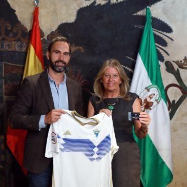"""La alcaldesa recibe al director general del Marbella F.C. y destaca """"el esfuerzo de la directiva y la plantilla por tener el mejor equipo"""""""