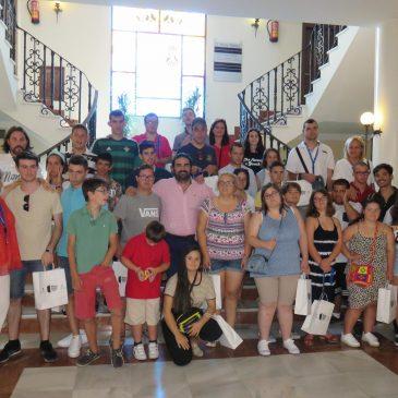 El concejal de Deportes recibe en el Ayuntamiento a 26 deportistas con discapacidad intelectual que participan en unas jornadas náuticas en Marbella