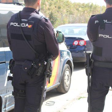 La Policía Nacional rescata a un hombre cuando trataba de arrojarse desde uno de los puentes del río Guadalmedina