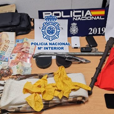 Gracias a la colaboración ciudadana La Policía Nacional detiene in fraganti a tres personas por el asalto a un octogenario al que inmovilizaron en su domicilio en Fuengirola